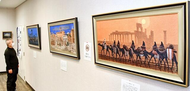 故平山さんの作品を再現した西陣織の展示会=3月11日、福井県敦賀市プラザ萬象