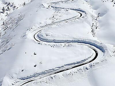 雪原に曲線くっきり 立山黒部アルペンルートで除雪急ピッチ
