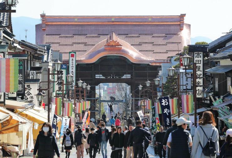 真新しい銅板屋根が輝く善光寺仁王門=12日午後2時、長野市