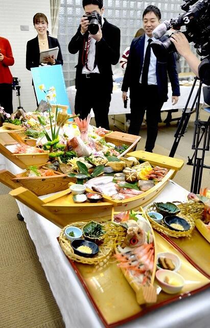 福井県越前町の新ご当地グルメとして開発中の舟盛り。試食会ではマスコミの注目を集めた=2月25日、同町越前コミュニティセンター