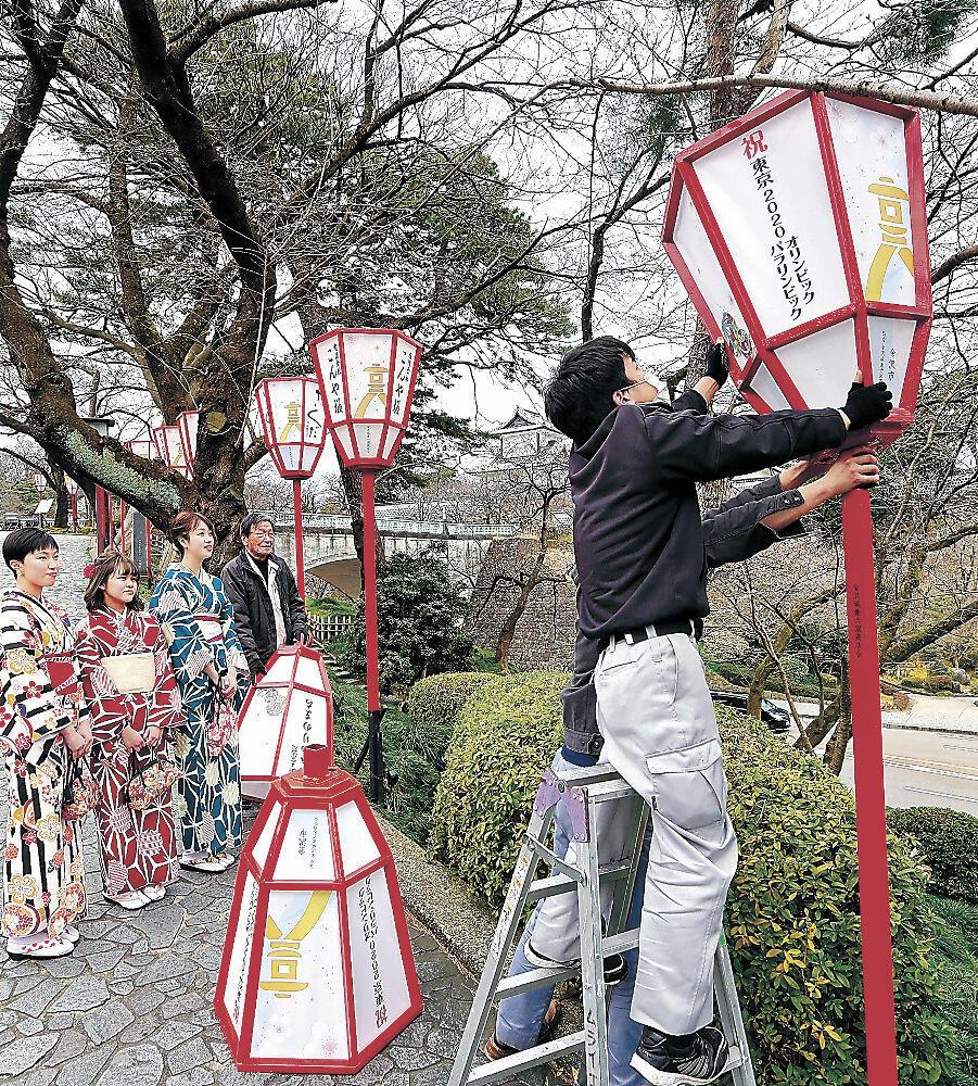花見シーズンに向け、設置されたぼんぼり=金沢市兼六町