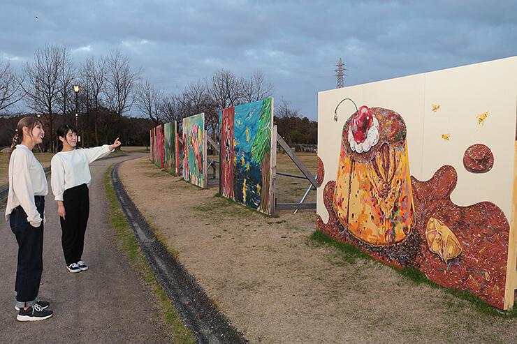 稲荷公園に展示された巨大なキャンバス。多彩な題材がカラフルに描かれている