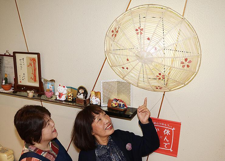 ランプシェードを眺める大道代表(右)と鈴木さん