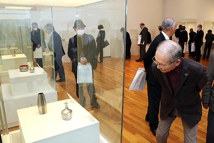 故鹿島一谷さんの作品に見入る内覧会の出席者