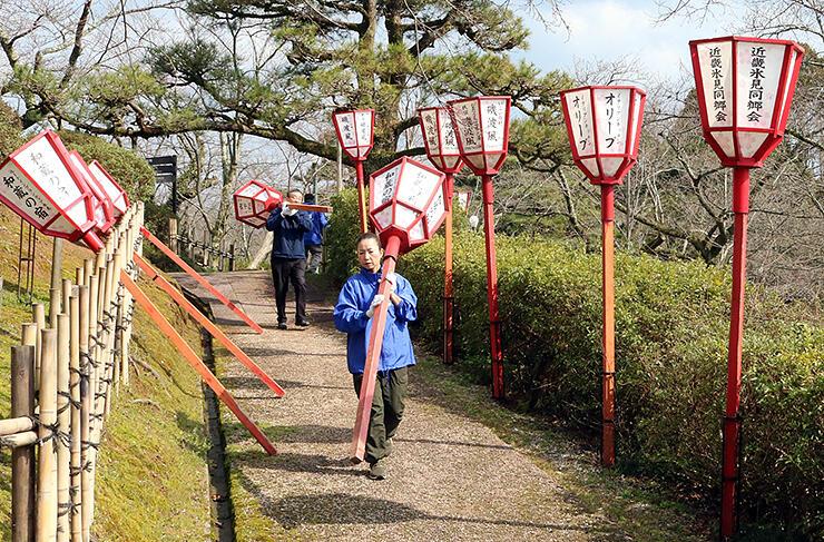 ぼんぼりの設置作業が行われた朝日山公園