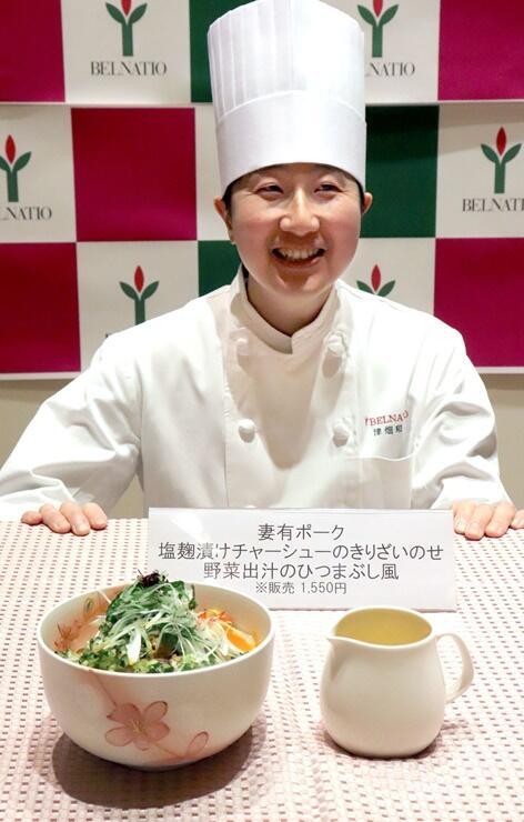 コンテストで優勝した津畑和敏さんと新メニュー