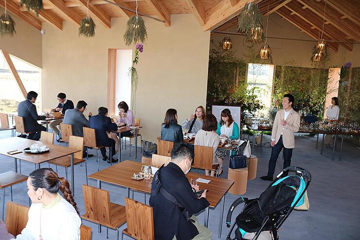 開業したレストランの店内=立山町日中上野