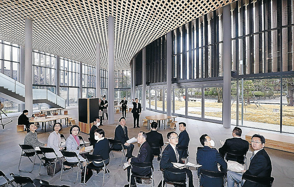 内装に金沢産の杉を用いた吹き抜け構造のエントランスホール=柿木畠