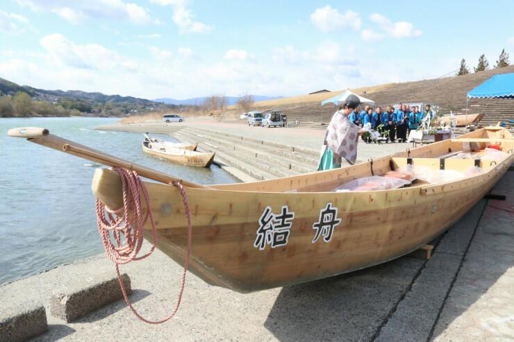進水式の前に安全祈願を受けるつなぎ舟
