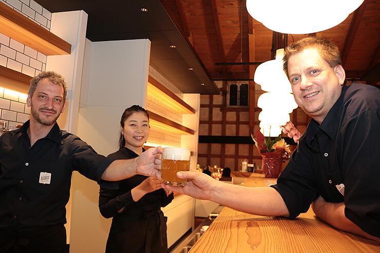 クラフトビールを提供するプリエソルさん(左)とコティネックさん