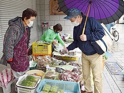 大野の「七間朝市」3カ月ぶり再開 マスク姿で野菜や花