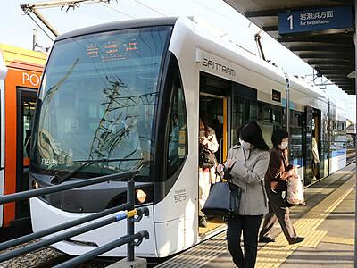 「乗り換えなし便利」 富山の路面電車南北接続 初の平日運行