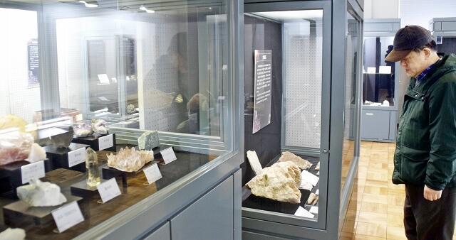 約170点の鉱物が並ぶ春季企画展「大地を彩る石」=3月20日、福井県福井市自然史博物館