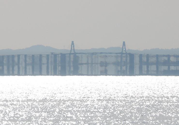 春型蜃気楼で伸び上がり、3重になって見える新湊大橋