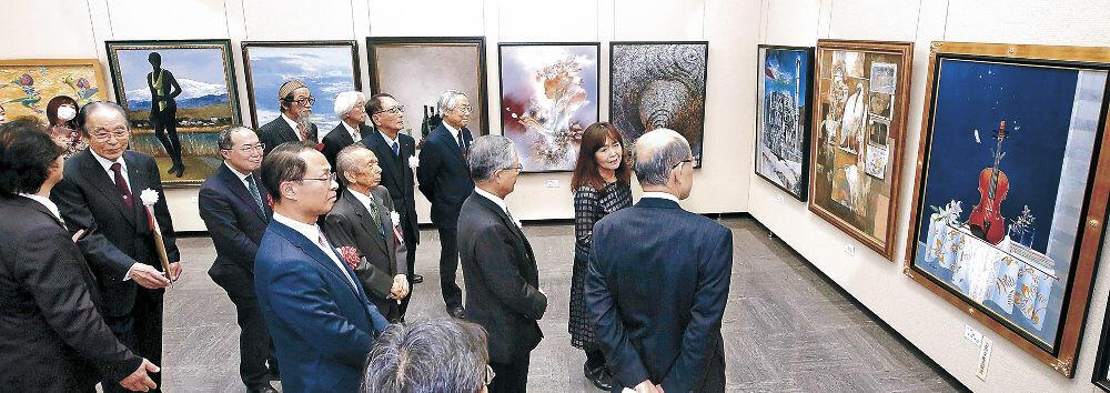 洋画の入賞作を鑑賞する開場式出席者=金沢市の石川県立美術館