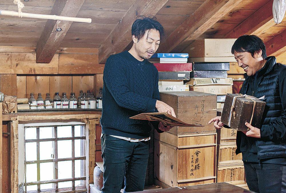 空き家の収蔵品を使ったアートについて話し合う関係者=白山市内