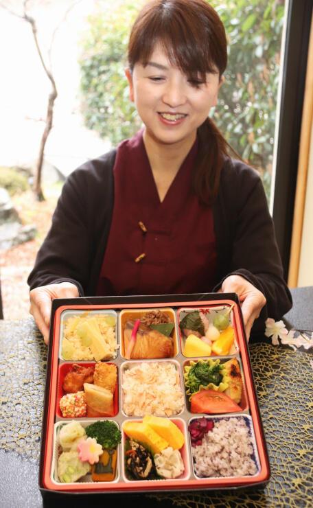 望岳荘が販売する「お家花見弁当」