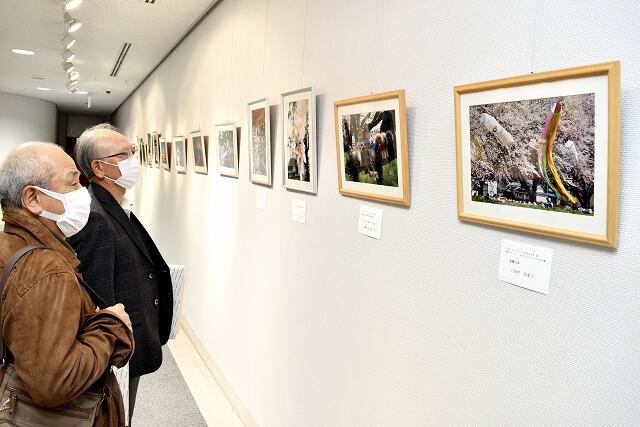 「フォトコンテスト in SABAE25」の入賞作が並ぶ作品展=3月28日、福井県鯖江市文化の館
