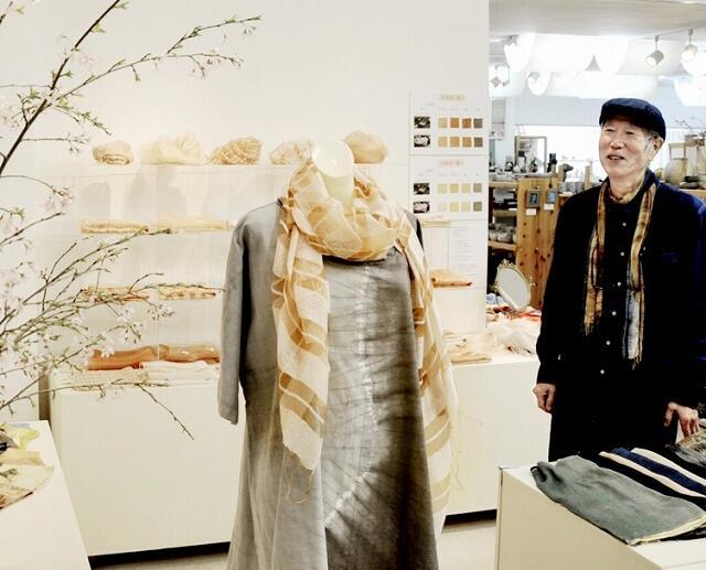 エドヒガンザクラ(左)で染めたストールなどが並ぶ会場=3月28日、福井県福井市中央1丁目のふくい工芸舎