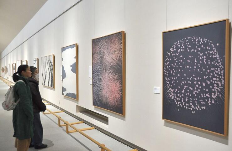 トミオカホワイト美術館の開館30周年を記念した「白の探求―光・風・雲―」展=南魚沼市