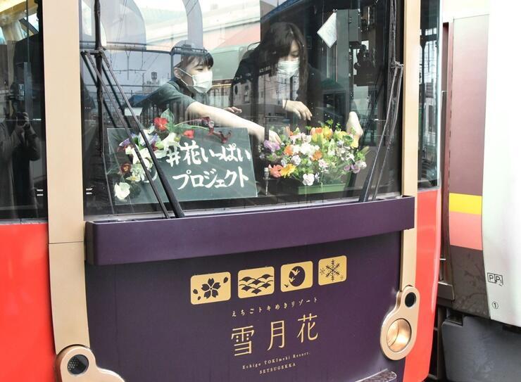 チューリップなど県産花が飾られた「雪月花」=28日、上越市の直江津駅
