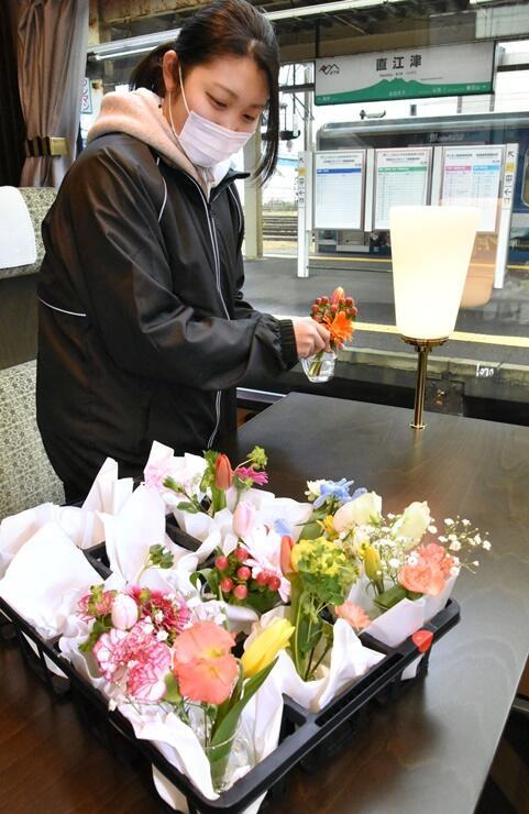 チューリップなど県産花が飾られた「雪月花」の車内=28日、上越市の直江津駅
