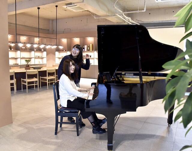 誰でも自由に弾くことができるグランドピアノ=福井県鯖江市本町3丁目の鯖江商工会議所