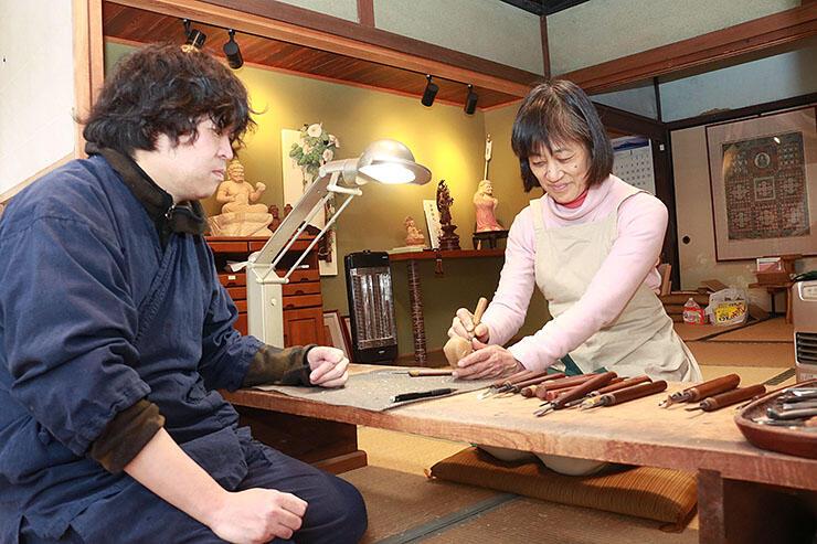 住吉さん(左)から手ほどきを受ける田中さん