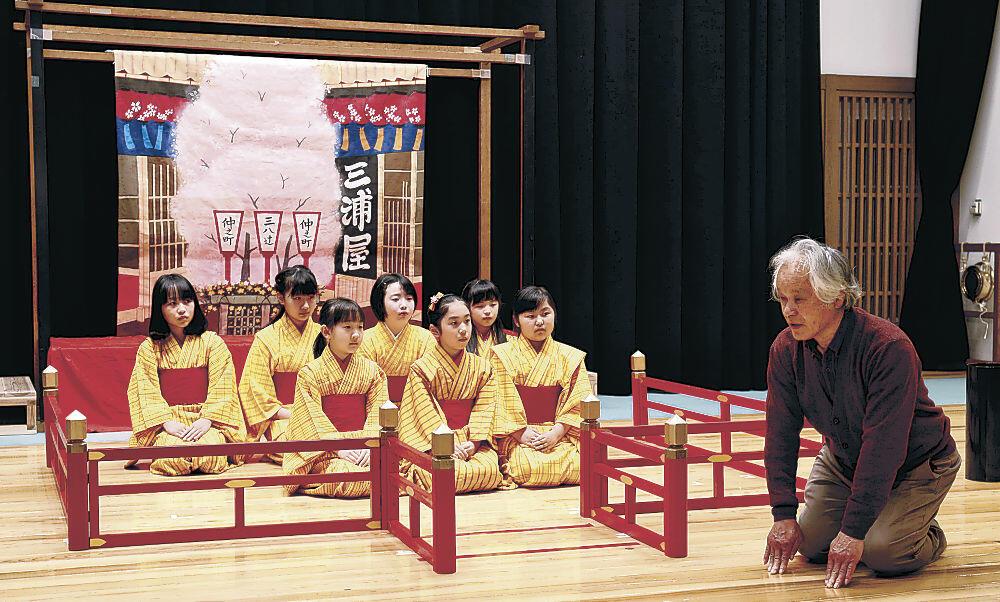 中村さん(右)の指導を受ける児童=小松市のこまつ曳山交流館みよっさ