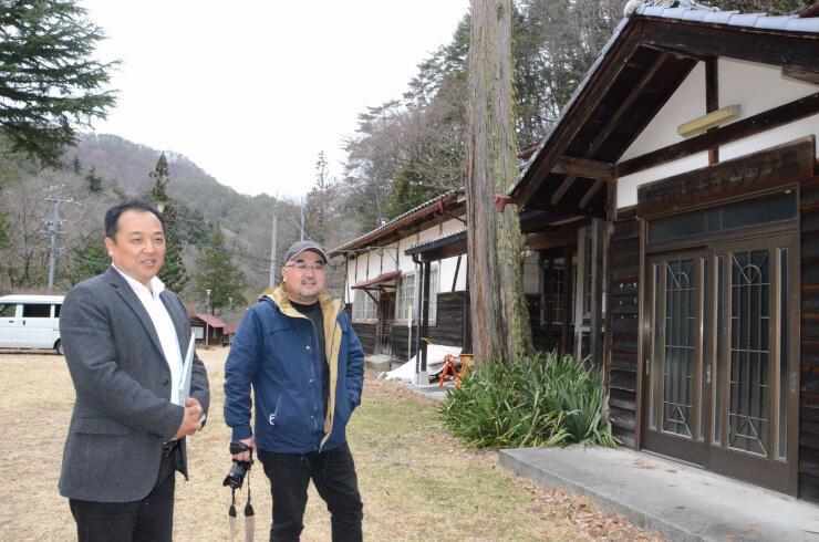 野田平キャンプ場を見学する今井さん(左)と前田さん