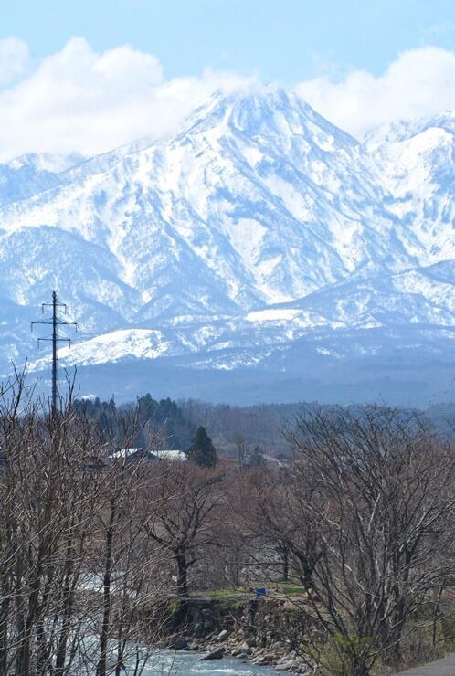 上越地方に春の訪れを告げる雪形「跳ね馬」=31日、妙高市