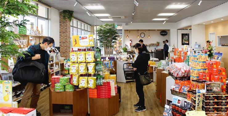 上越妙高駅西口近くにオープンした「エンジョイプラザ」の土産物コーナー=1日、上越市