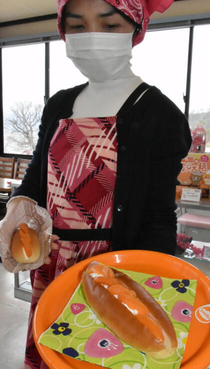 横島物産が販売を始めた「あんずコッペパン」