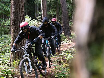 マウンテンバイク、忍者姿で満喫を 鹿教湯温泉の古道を疾走