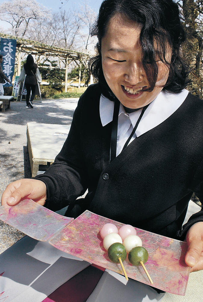 二俣和紙を使って開発された皿=兼六園