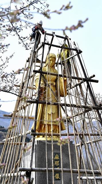 雪囲いが撤去され、4カ月半ぶりにお目見えした麻那姫像=4月3日、福井県大野市下若生子