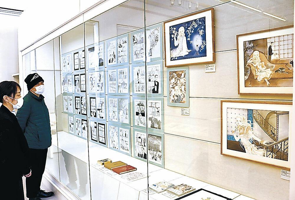 波津さんの生原稿が並んだ会場=石川近代文学館