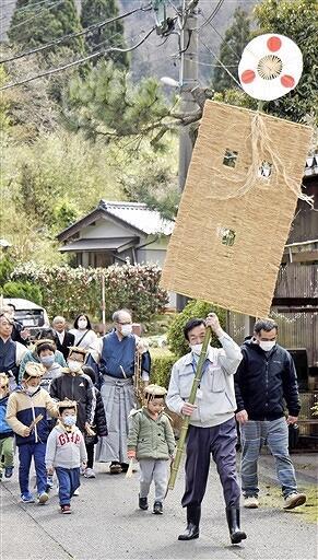 むしろ旗を先頭に区内を練り歩いた気比神社の春祭り=4月5日、福井県敦賀市刀根