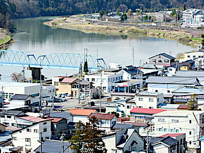 遠くに雪山、春を耕す 長野・信州新町