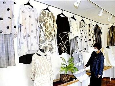 染色家江本眞弓さん、すす染めの春衣展