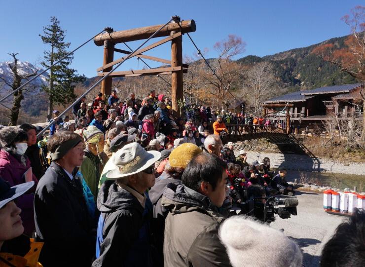 河童橋の上から大勢の観光客らが見守った上高地の閉山式=昨年11月15日、松本市安曇