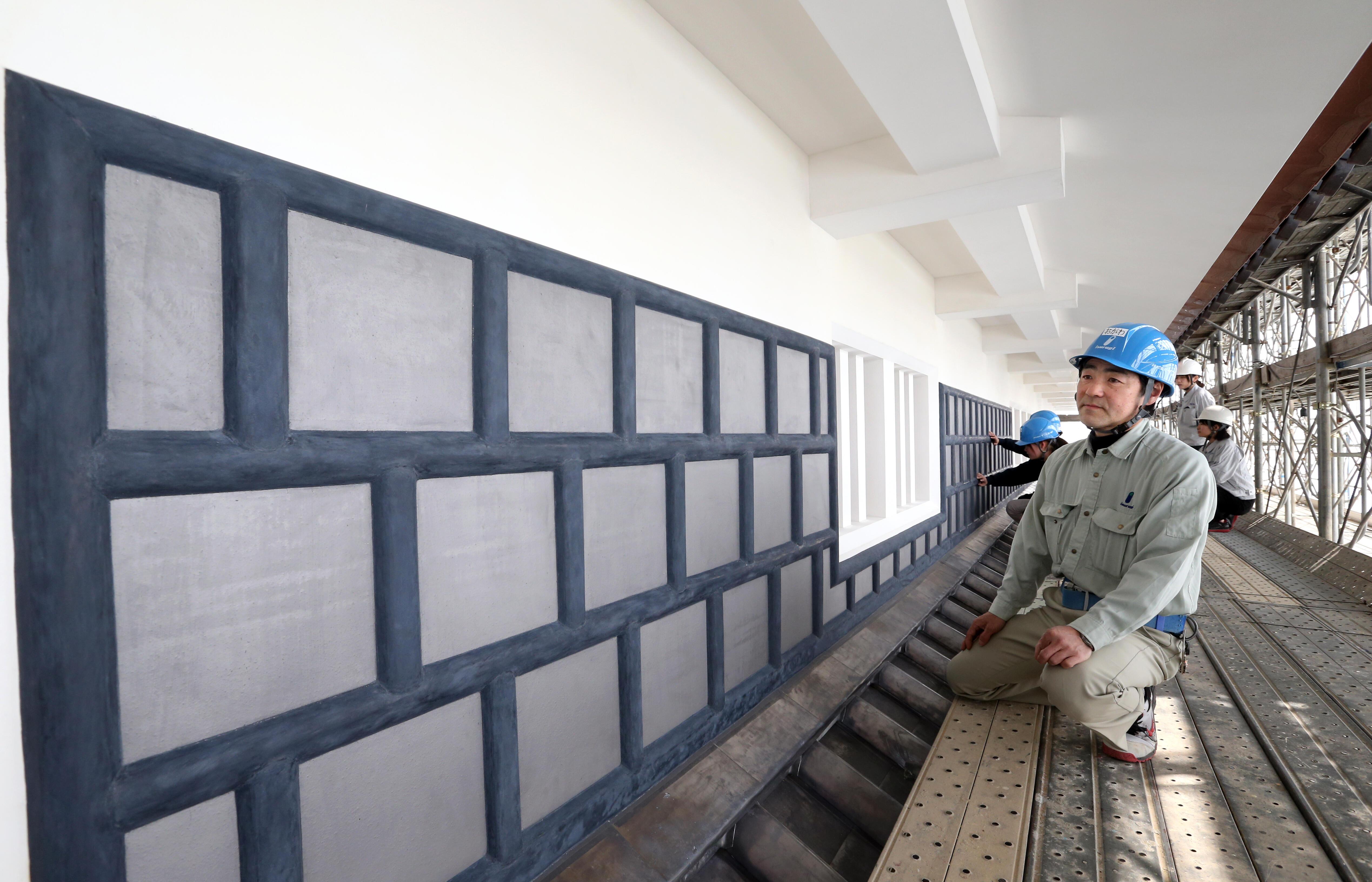 黒漆喰の塗装が完了した海鼠壁=金沢城鼠多門