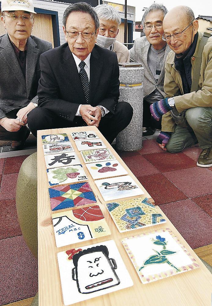 市道沿いに飾られる自作の陶板を確認する協議会のメンバー=能美市寺井町