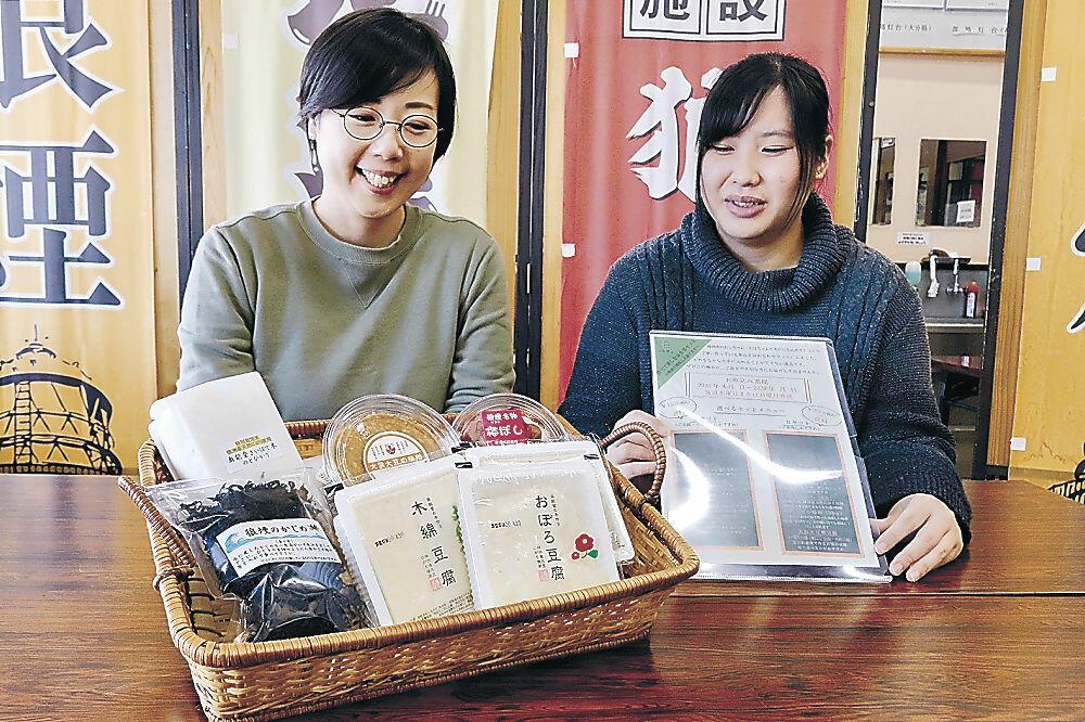お食事セットを紹介する小寺さん(左)=珠洲市狼煙町の道の駅狼煙