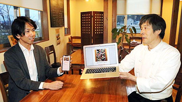 パソコンやスマートフォンで簡単に店を探せるHPを企画した松木さん(左)と効果に期待を寄せる梶さん