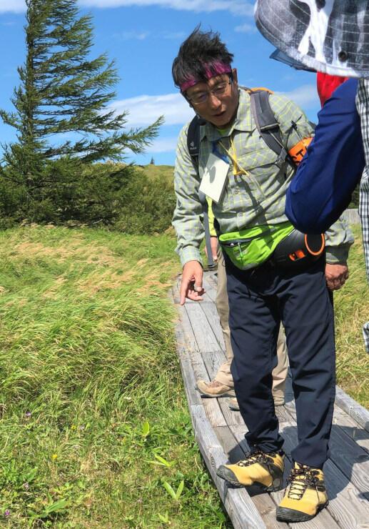 美ケ原高原で活動するパークボランティア=2019年8月(松本市提供)