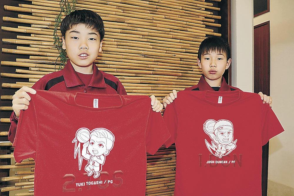 大野HCから届いた千葉ジェッツのTシャツを見せる児童=野々市市若松町
