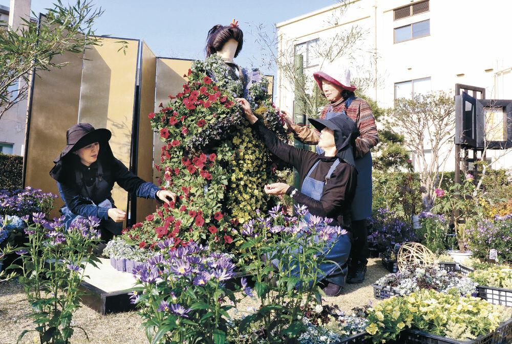 かぐや姫を表現した作品を仕上げるメンバー=小松市の芦城公園