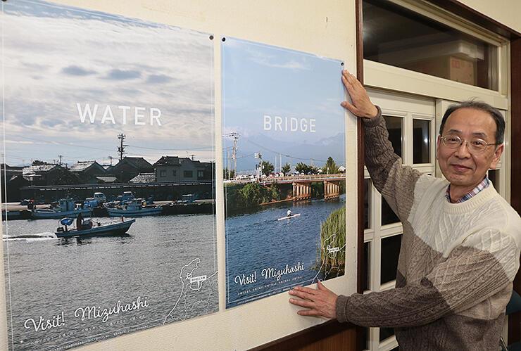 水橋地区をPRするポスターを貼る砺波さん