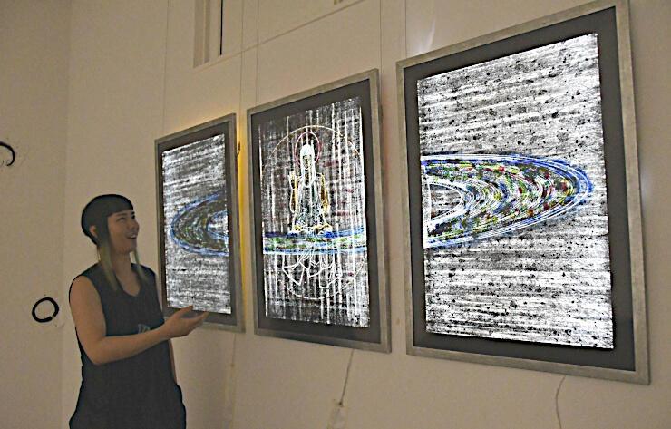 南牧村美術民俗資料館の「天の川」展会場で、作品について語るKONMASAさん。同館ホームページで動画が公開される予定